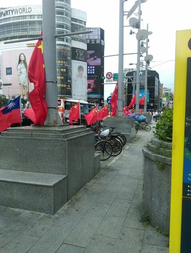 西門町整排五星旗飄揚 他們插的:支持和平統一(圖/翻攝爆料公社)