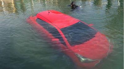 相信GPS的三寶妹 就這樣把車開到水裡了...