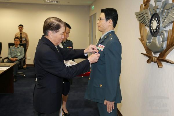 國防部長高廣圻2016年5月13日頒授即將屆退的羅紹和少將「干城甲種二等獎章」。(圖/軍聞社提供)