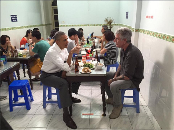 美國總統歐巴馬23日晚間出現在越南河內一家小吃店大啖河粉,展現親民的一面。(圖/翻攝自Anthony Bourdain臉書)