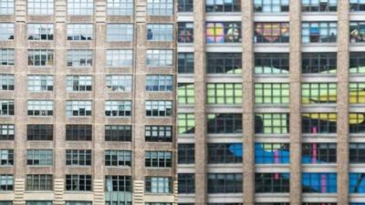 員工在玻璃貼「HI」發燒1週,對面大樓作出最終回覆..