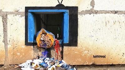 街頭上諷刺塗鴉,電視機裡倒出的垃圾也太多了吧!