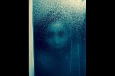 洗到一半門上驚現人臉,原來是..比鬼還恐怖的東西襲來
