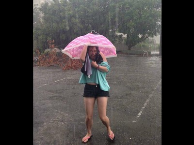 女孩雨傘拿成菜罩 照片瞬間噴笑