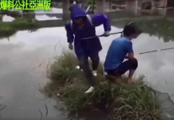 他撿起魚網跨越池塘...意外捕獲「大尾ㄟ」 網笑:狂重播