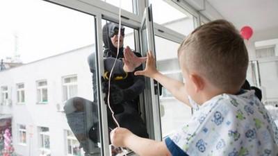 扮蝙蝠俠從天降,阿爾巴尼亞特警讓病童們又能笑了