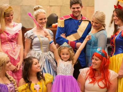 童話裡..不是騙人的!小女孩被收養,迪士尼公主全來啦