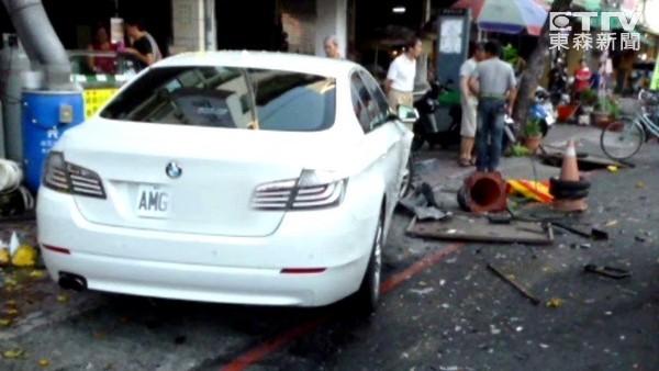 17歲屁孩開媽媽BMW撞進市場 鳳梨伯昏迷命危