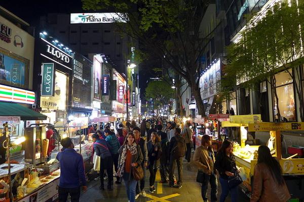 明洞街頭。(圖/取自維基百科)