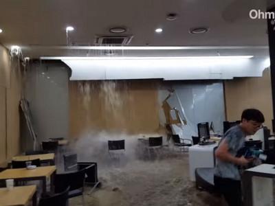 暴雨不只桃機會淹水,韓圖書館降大瀑布學生尖叫逃竄