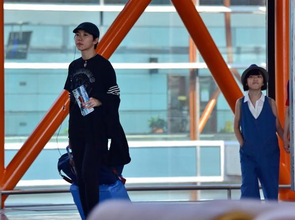 ▲竇靖童和李嫣一起現身北京機場,她幫妹妹拉行李,還不時地往後看。(圖/CFP)