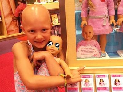 「光頭娃娃」擺中間 店家超暖心理由讓病童重展笑顏