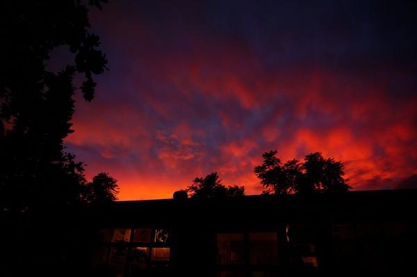 台東傍晚出現「火燒雲」 天際線彷彿陷入火海