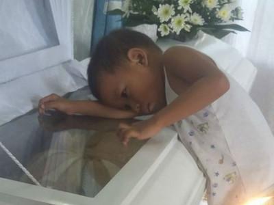 以為媽咪只是睡著了,男童擁抱棺材不肯離去