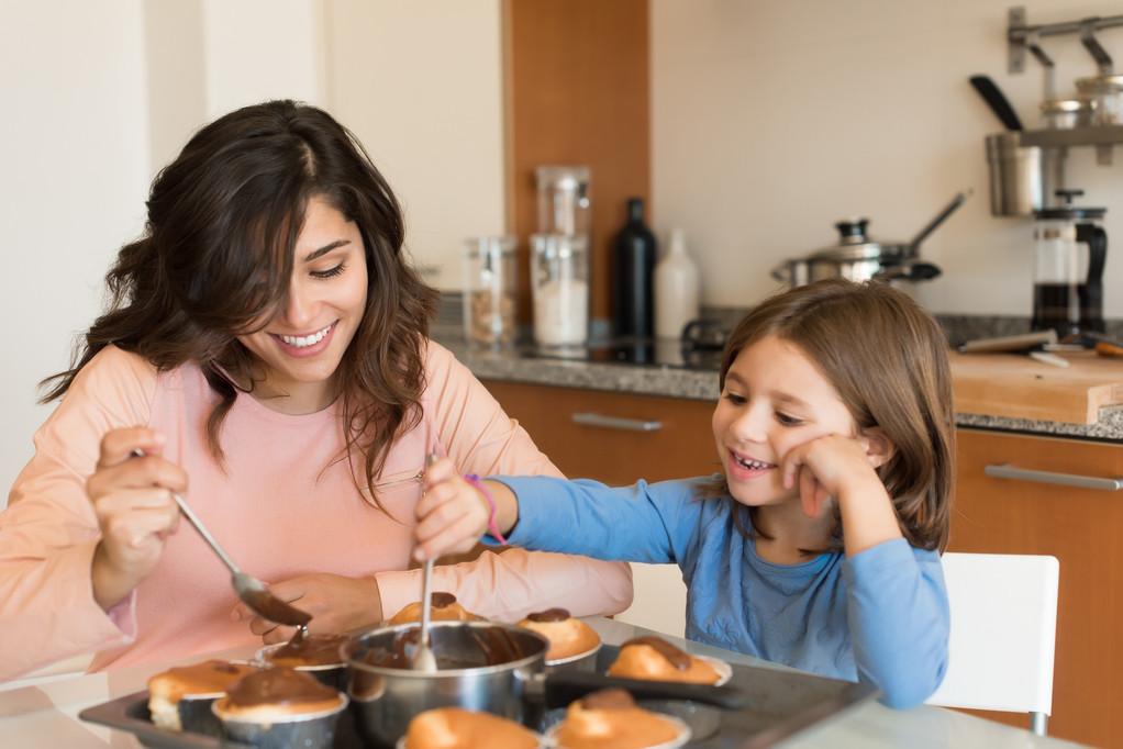媽媽和女兒快樂的一起做甜點。(圖/達志/示意圖)