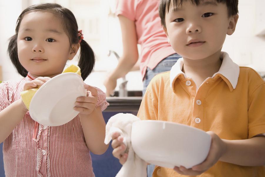 兩個孩子幫媽媽擦碗。(圖/達志/示意圖)