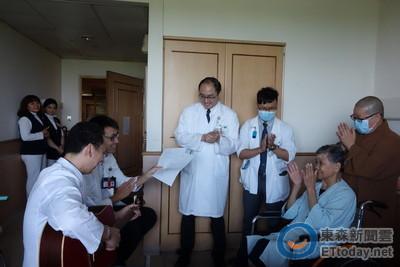 大林慈濟醫院用心照護 癌末阿嬤笑容滿面感恩出院