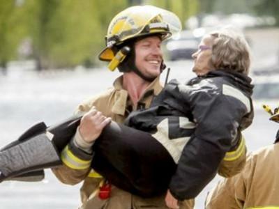 認真男人最帥!消防員「公主抱」奶奶嬌羞告白永流傳…
