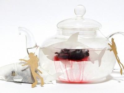 看到鯊魚泡在血池裡怎辦?當然是立刻拿起來喝掉啊!