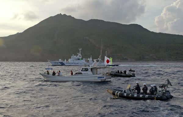 中國海警船進入「釣魚台12海浬」巡航,日方海上阻撓較勁。(圖/達志影像/美聯社)