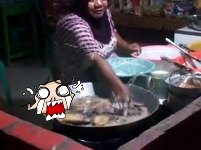 大媽把手伸進滾燙油鍋炸排骨 網友:鐵砂掌是妳!?