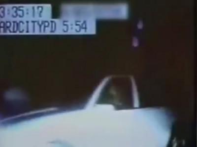 監視器拍到詭異10影像..白色轎車就這樣消失在警察面前