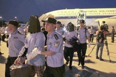 ▲包括5名台灣人在內的40位電信詐騙嫌犯,8日被押解大陸偵辦。(圖/翻攝自京華時報)