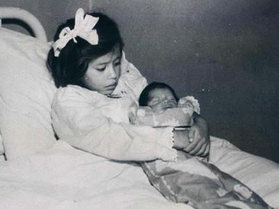 驚!近百年前歷史照「5歲媽媽」,大肚脹奶竟是真的