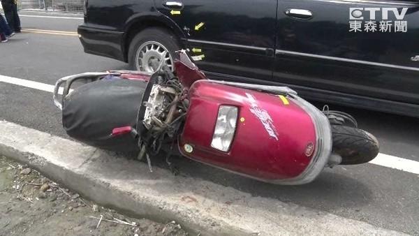 月薪3萬養5口...一句「開車不看路」 騎士遭逼車撞電桿亡
