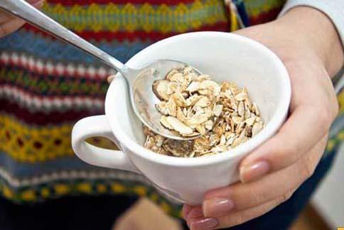 燕麥是不錯的主食食材,不會讓血糖過高且富有纖維質,不過若只吃燕麥來減重,並不是一個健康且能持久的方法。(圖/華人健康網提供)
