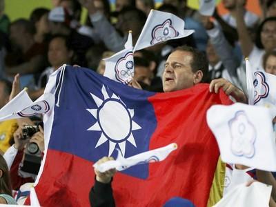美國人「身披國旗」為台灣奧運發聲 卻被保安架走!