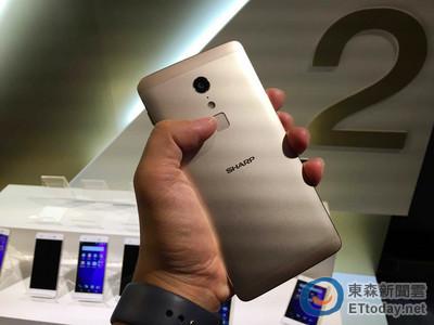 鴻海操刀夏普低價智慧手機 2017年春天開賣!