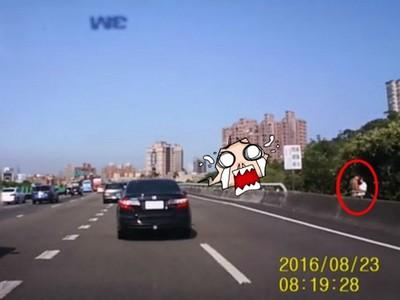 汁男慾女國道旁上演「裸抱」戲碼!網友:是真人嗎?