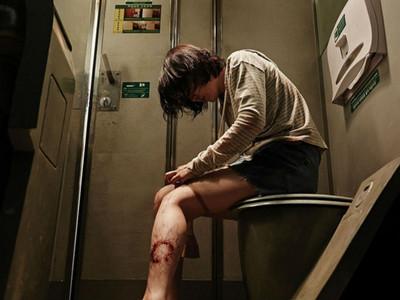 捷運上有個殭屍坐在博愛座?網友:為了不讓位還裝死