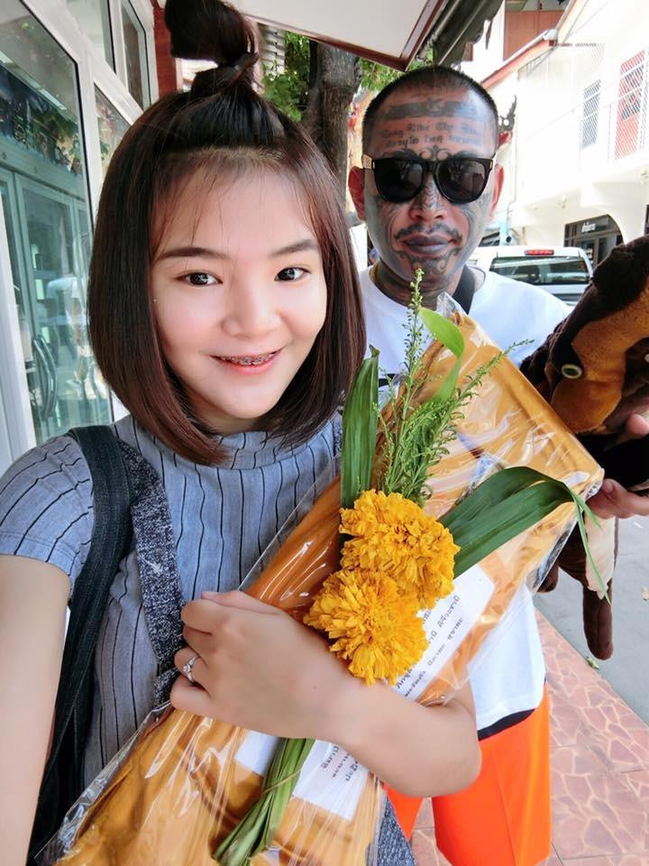 泰國網紅揪團整形! 4姊妹頂「豬頭」上街被網友大讚(圖/สายธาร หวังประเสริฐ)