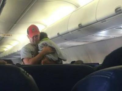 飛機上小孩哭不停,「暖爸」路過即刻救援啦~♡