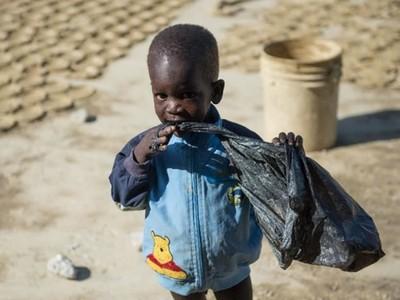 煩惱中午吃什麼?海地人啃「泥餅乾」就一臉滿足!
