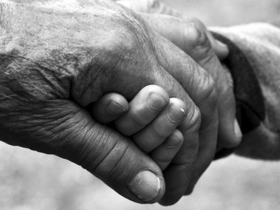 子女病床前爭論財產vs一個人孤老死去,你要哪種晚年?