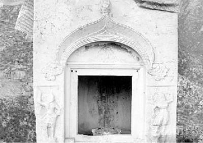 千年佛塔遭盜 漢白玉龕門斷3截