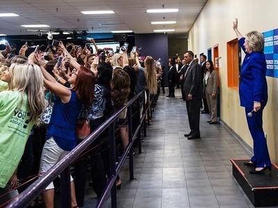 希拉蕊陣營一張照片,暗藏「這世代美國競選」玄機