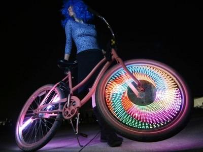 車輪裝上256顆LED燈,讓正妹不坐超跑改騎腳踏車!