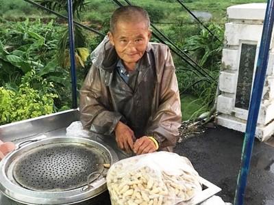 我不能倒下! 81歲「花生爺爺」賺錢籌病妻醫藥費