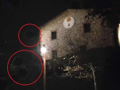 凶案古堡外緣浮現黑色血球,當初囚犯就吊死在那面牆上
