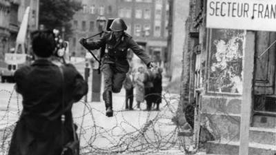 歷史上最著名翻牆照,逃出柏林圍牆的東德機動隊員