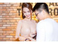 越南正妹鄧玉貞日前出席胡志明市的一場時尚活動時,一席膚色緊身裙裝,襯托出她的好身材和白皙皮膚。(圖/翻攝自南方網)