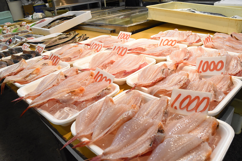 Q彈米飯蓋上滿滿生魚片 日本鹽釜水產豪氣吃法(圖/記者陳涵茵攝)