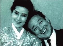 甫逝世的北韓領導人金正日,是個超級電影迷。非但私人珍藏1萬5000多部電影,還親自下海拍電影。如果不是要扛「北韓最高領導人」這副沈重的擔子,他很可會成為「北韓的王家衛」!據說,金正日對電影的發燒程度,甚至讓他幹下綁架南韓名導申相玉和影后崔銀姬的轟動國際事件。崔銀姬是亞太影后。她跟申相玉是南韓影響噹噹的銀色夫妻。申相玉執導、申榮均、崔銀姬主演的《紅巾特攻隊》,在1960年代初期是轟動亞洲的韓國電影。