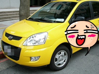 伸手攔下遠方計程車…駕駛開過來卻讓人傻眼了!