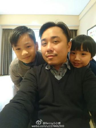 小彬彬除了經營生意,還要獨自照顧2個兒子。(圖/翻攝小小彬微博)