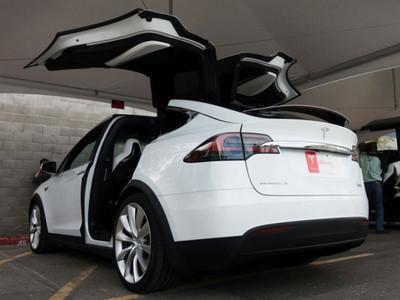 自動駕駛不安全?Tesla用影片告訴你...沒這回事
